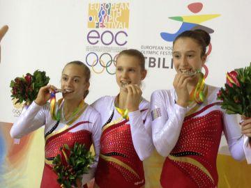Axelle, Julie en Nina met hun zilveren medaille op het EYOF