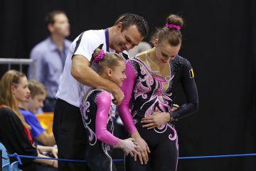 Lore, Noémie en coach Sergey Tretjakov (foto: Thomas Schreyer)